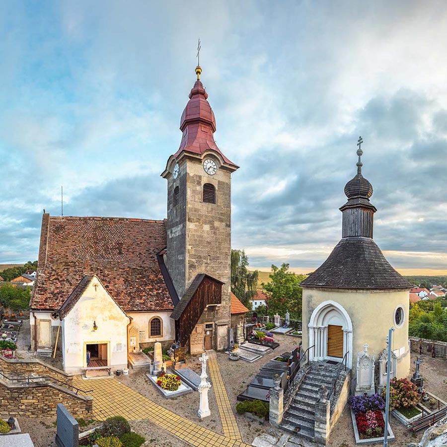 Die Kirche und der Karner in Kühnring. © Reinhard Podolsky